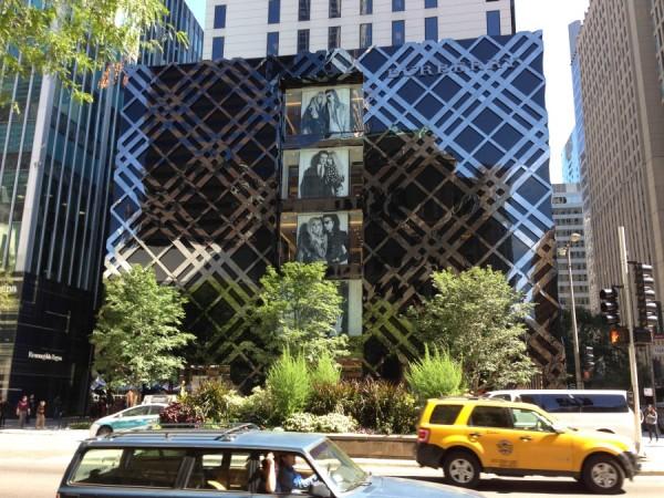 Edificio de Burberry en la Magnificent Mile, plagada de las más destacadas firmas de moda del mundo