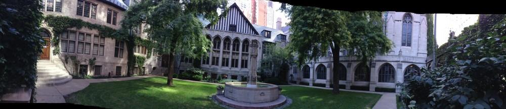 Atrio de la neogótica Fourth Presbyterian Church, edificio que se sitúa entre los rascacielos de Chicago